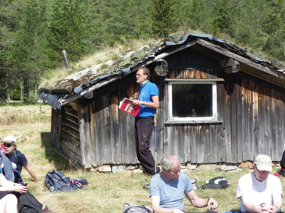 Turleder Kåre Mogstad forteller ved Ånebjør