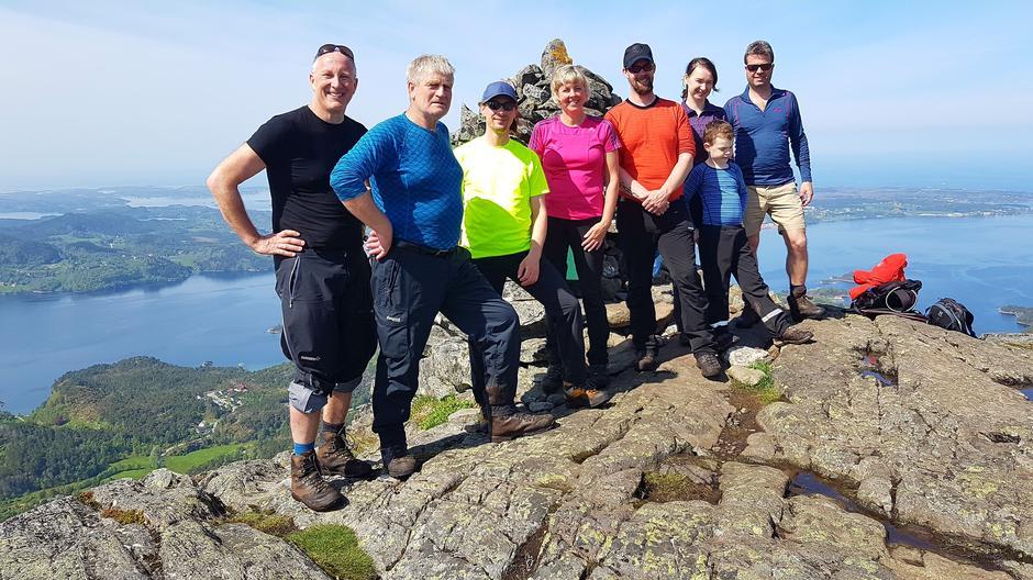 Rundt varden fra venstre: Birger Blomvik, Magne Herkedal, Martin Zschmoch, Else Marit Blomvik, Gøran Skagen Gjestad, Liudmila Mikakova, Einar og Kjell Guldstein.