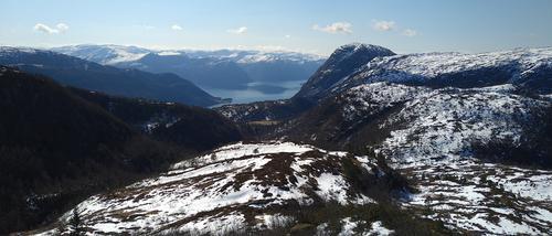 Utsikt sørover mot Ullebø og Sognefjorden frå oppstigninga til Fjellsendevarden