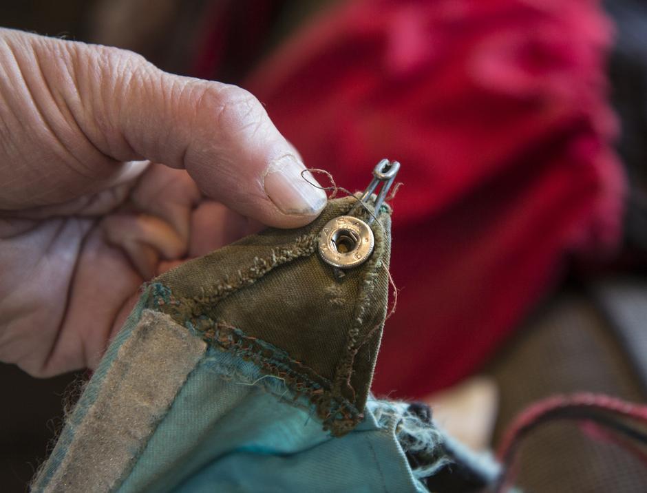 En sykkeleike er brukt til å reparere en slitt gamasje.