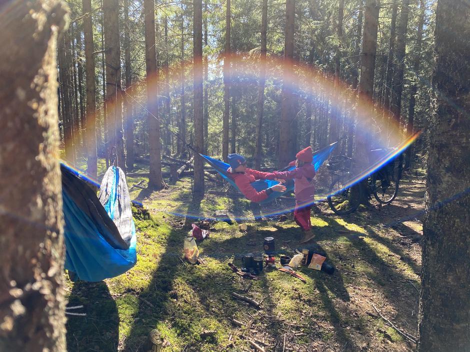En nærtur kan bli ganske magisk, særlig når regnbuen dukker opp mellom trærne i eventyrskogen.