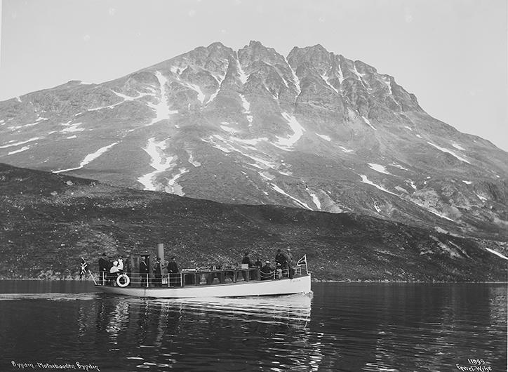 """VILD OG RÆDSOM: I løpet av turismens tidlige barndom i Norge, gikk Bygdin fra  å være """"vild og rædsom"""", til å bli et yndet reiselivsmål. Den første mer eller mindre faste rutetrafikken med motorbåt på fjellvannene i Norge, var det Den Norske Turistforening som sto bak."""