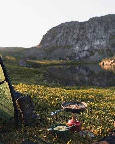 Telttur i Rago nasjonalpark. Ingenting slår nyfisket ørret i panna etter en lang dag. Tatt ved Snøtoppvatnan inn mot svenskegrensa.