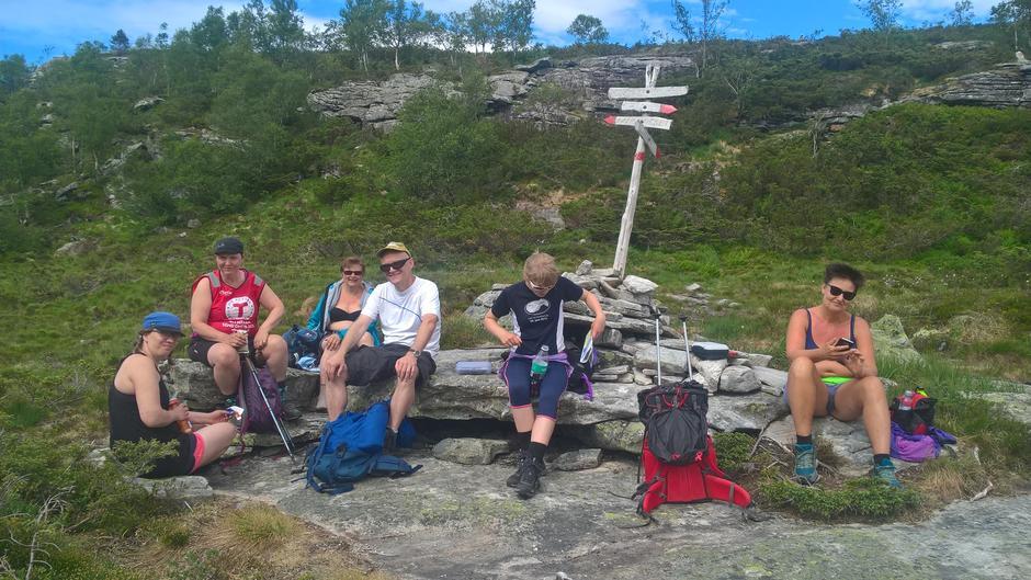 Mat- og drikkepause på Duken før siste oppstigninga på turen; opp til Blåfjell