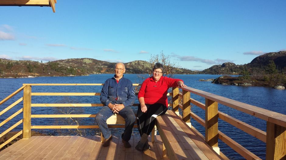 Hyttetilsyn Valter og Erna Tinderholt på verandaen ved den nye sikringshytta på Mjåvasshytta.