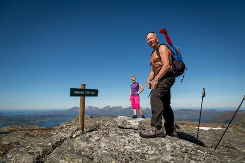 Turlederne Gro og Jens Halten på toppen av Blåfjellet i Halsa.