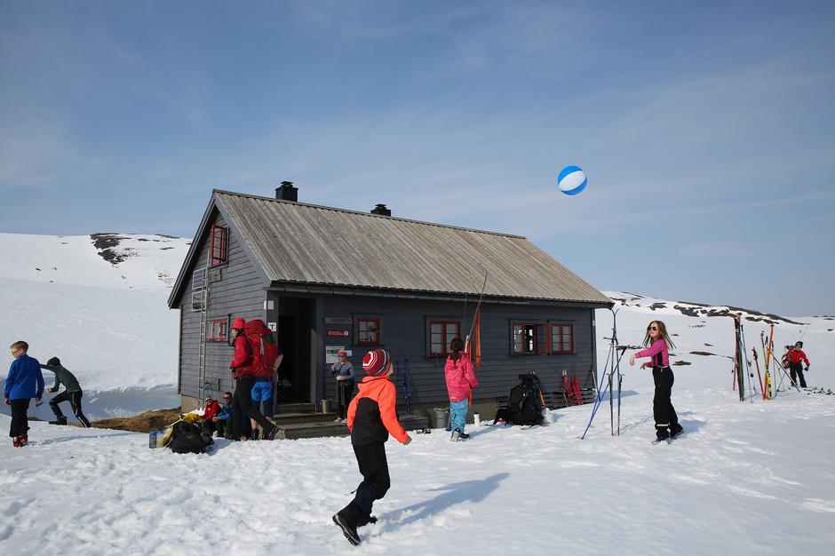 Barna spiller volleyball med badeball utenfor Vending.