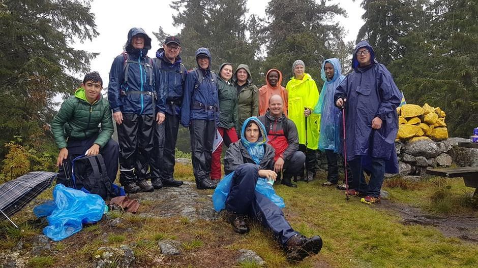 En del av gjengen har nådd toppen av Elgklinten