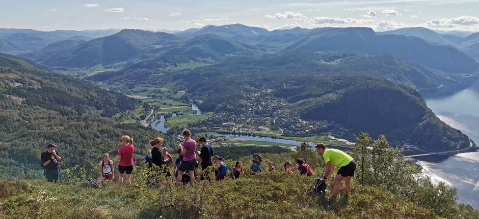 Første etappe opp mot Vindkjegla, med fint utsyn over Naustdal.