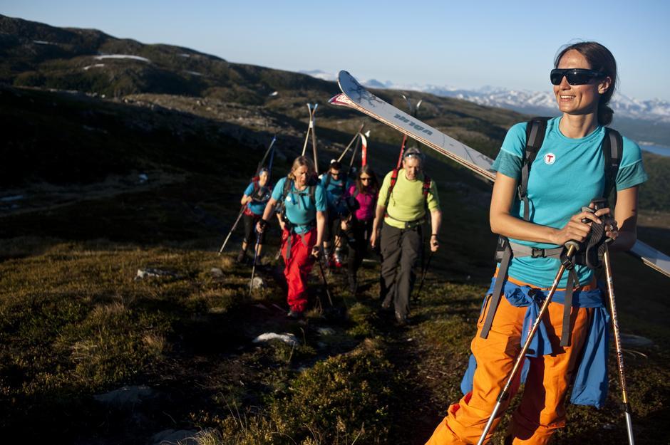 Frå lyng til snø og ei sol som varmar heile vegen. Her frå topptur til Kjølen i Troms.