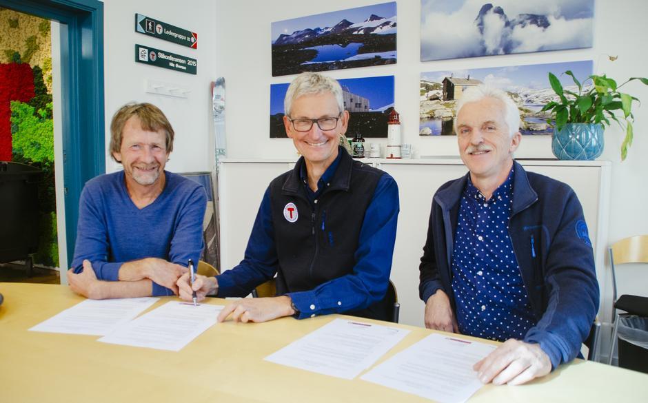 Morten Dåsnes i Friluftsrådenes Landsforbund, Nils Øveraas i DNT og Nils Aal i Statsskog signerte i dag en samarbeidsavtale om UT.no.