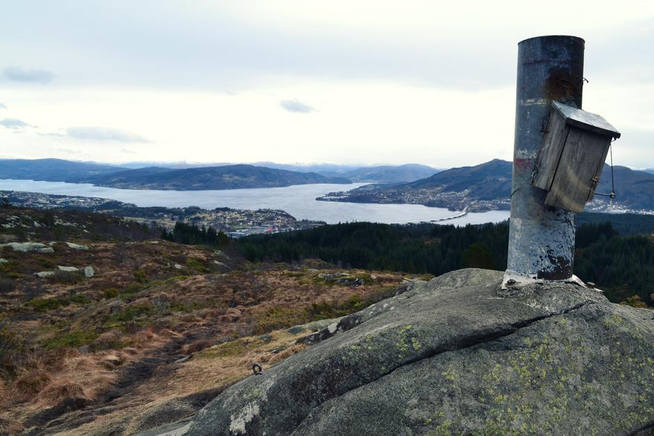 Krossfjellet, med utsikt til Knarvik og Nordhordlandsbroen.