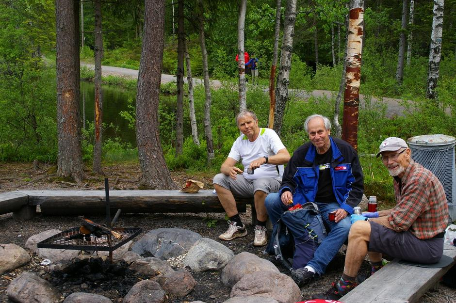 En velfortjent rast ved bålplassen ved Romstjern: Bjørn Loftu, Arvid Malmen og Nils Magnus Øverbye merker Rundtur Røverkollen på dugnad.