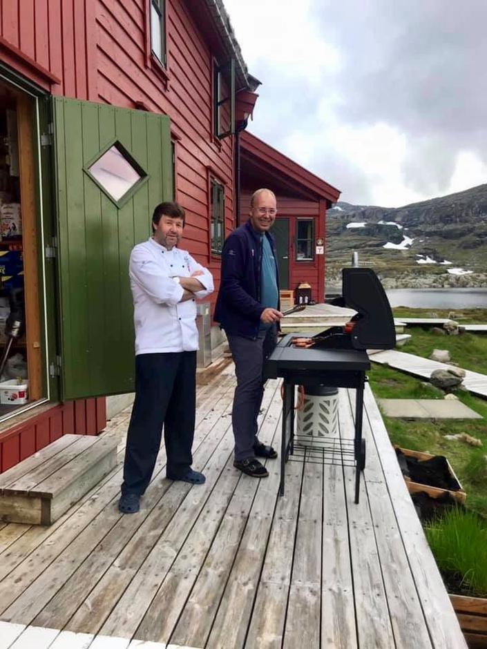 Den nye storbonden varmer opp grillen sammen med kokken Arnt-Håkon Brox.