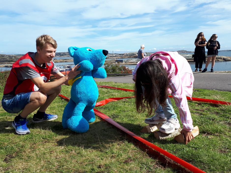 """Gabriella, 8 år, forserer """"lavaen"""", mens Turbo og Gjermund H. Pedersen er heiagjeng."""