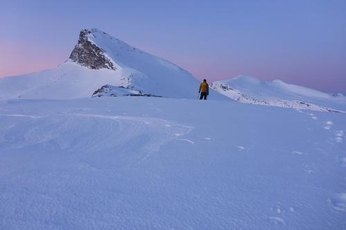 Blåvannhytta ligger under det mektige fjellet Niingen (1073m)