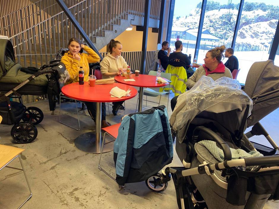 Pause på kaféen inne på Sotra Arena etter trilletur i snøen.
