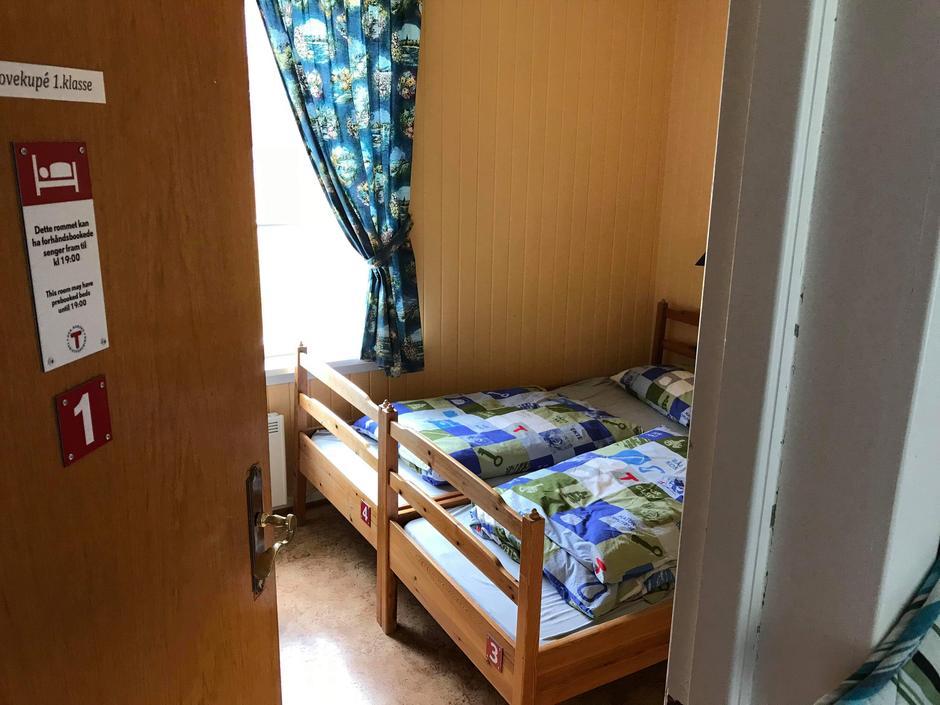 Soverom i 1. etasje i Morskogen vokterbolig klargjort for Hyttebooking av Hamar og Hedemarken Turistforening.