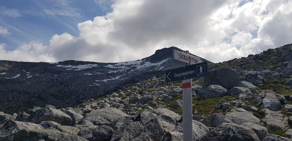 ca. 900 moh. Åpent landskap. Følg til venstre her.