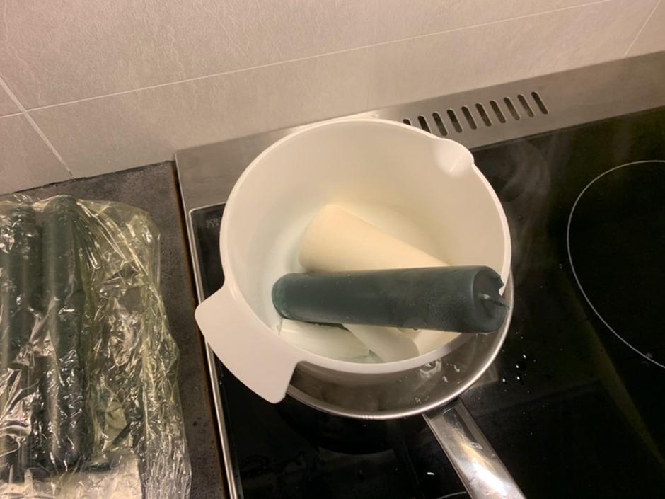 Kok opp vannet og putt plastbollen nedi sammen med stearin restene.