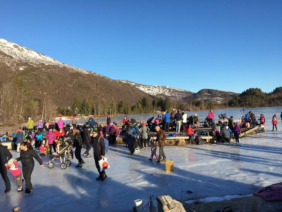Mange barnevogner på isen på Skarvatnet i dag