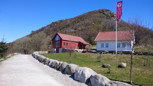 Det hvite huset og Friluftslåven på Gramstad