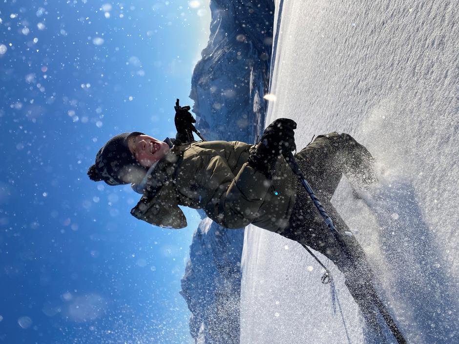 Vintermoro i snøen  med Romsdalstindene i bakgrunnen.