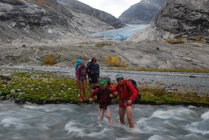 Kryssing av bredelta og stryk med isvann, Nigardsbreen