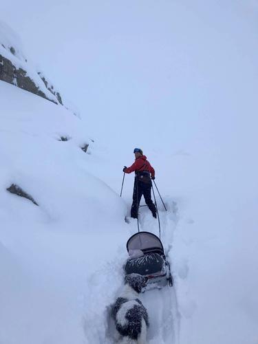 Hans og Isabelle på skitur.