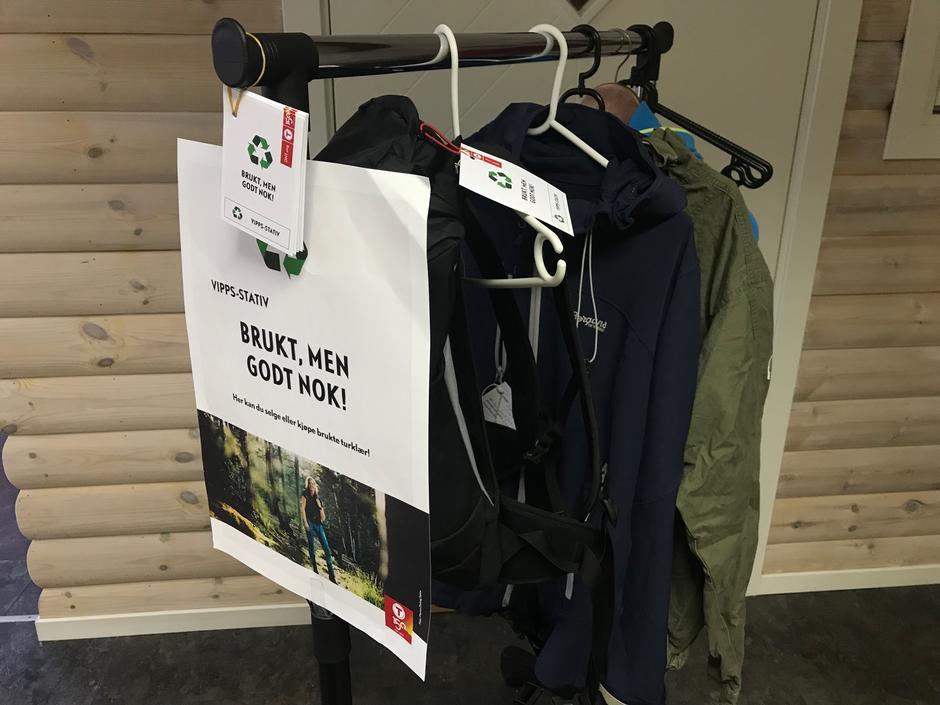 6b1829f3 Stadig flere DNT-butikker tilbyr bruktsalg, og nå blir det mulig også hos  LOT. Fra bruktstativet i turbutikken kan du kjøpe eller selge brukte  friluftsklær.