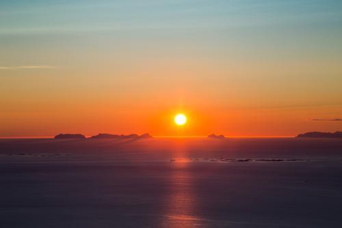 Solnedgang  ved Værøy og Mosken i Lofoten, sett fra Sandhornet 993 moh på Sandhornøya i Gildeskål