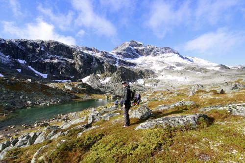 Bildet er tatt på en tur til Snota i Trollheimen. Turen ble arrangert av Bygningslinjens turgruppe (Vandrende Bjelke) ved NTNU i Trondheim. På bildet ser man toppen av Snota med Anders Stensløkken poserende i front.