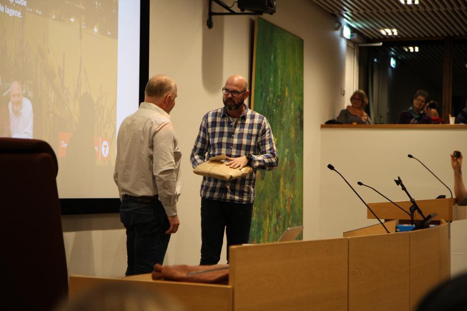 Generalsekretær i DNT, Dag Terje Solvang overleverer gave fra DNT til det nye Lørenskog Turlag
