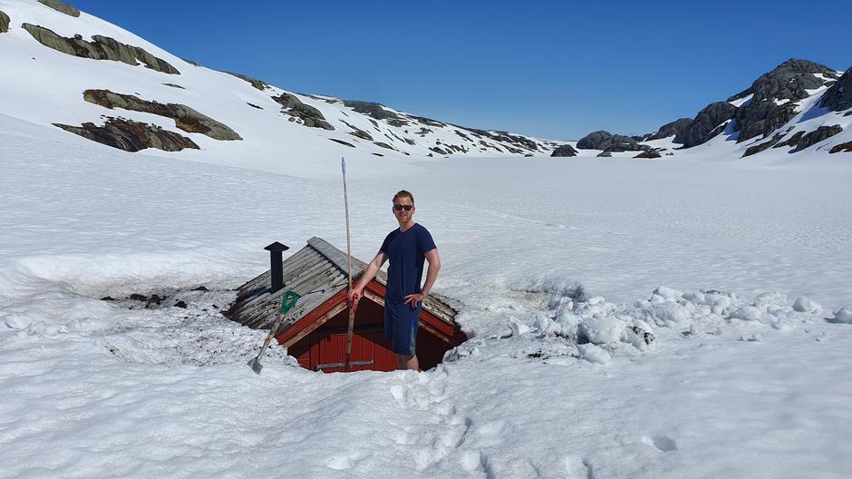 Snø nok på Langavatn lenge enda, og veien er brøytet helt opp i snøen. Bilde tatt i pinsen.