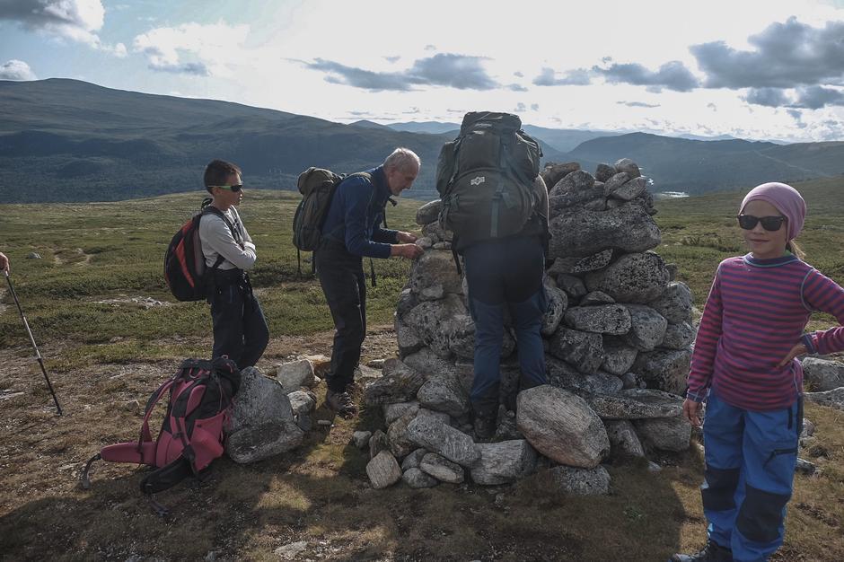 Varden var ikke helt stødig, og raste ut da en uheldig turdeltager lente seg forsiktig mot den. Men Jo og Torbjørn tok arbeidet med å mure den opp igjen.