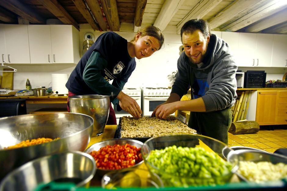 GJØR DET SAMMEN: Da brødrene Wegge skulle til Bjørnøya, brukte de flere kvelder på å lage og tørke turmaten sammen, og fikk samtidig tid til å diskutere detaljer for turen. Foto: Inge Wegge
