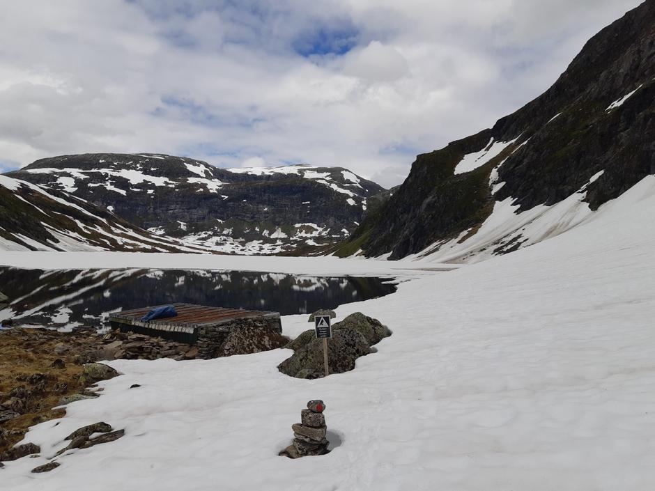 Framleis is på Stegsvatnet, og mykje snø der stien går i høgre biletkant.
