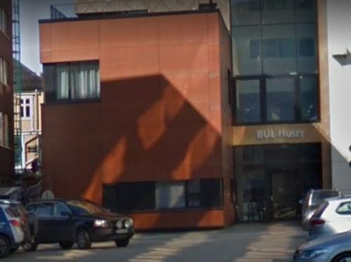 BUL-Huset bak/under Saga hotell