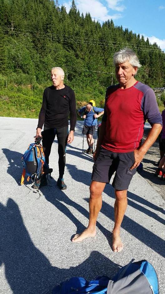 Turleiar Kjell Kleiven luftar føtene på Ryggjabrua.