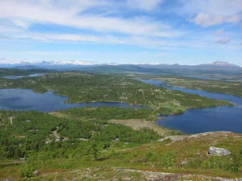 Rabalsmellen mot Røyre (tv) og Vangsjøen. Bak er Jotunheimen og Skaget (th)
