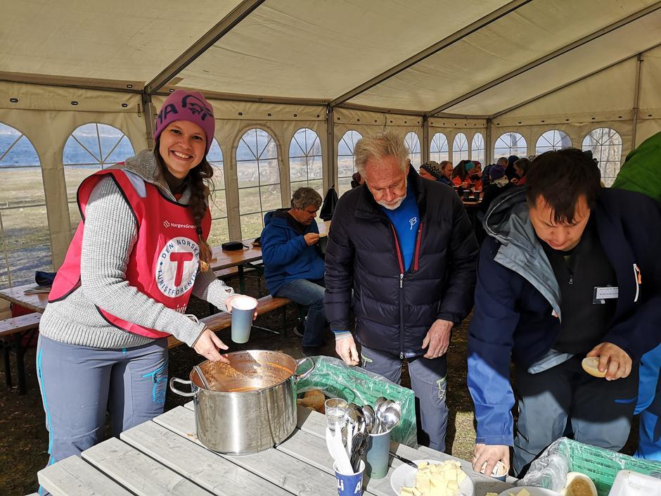Herlig, varm suppe serveres til de nesten 100 sultne deltakerne.