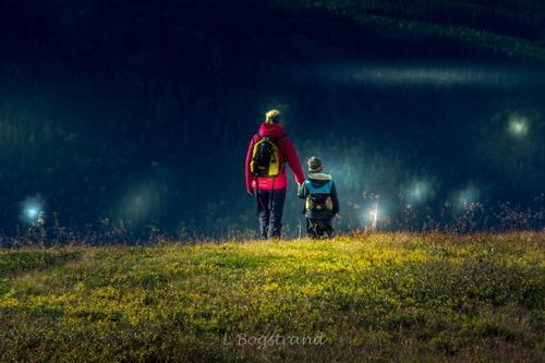 Hafjell. Mor og sønn rusler nedover fjellet.
