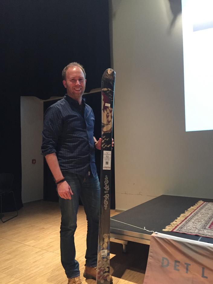 Anders Nordgaard Dahle med skiene han vant!