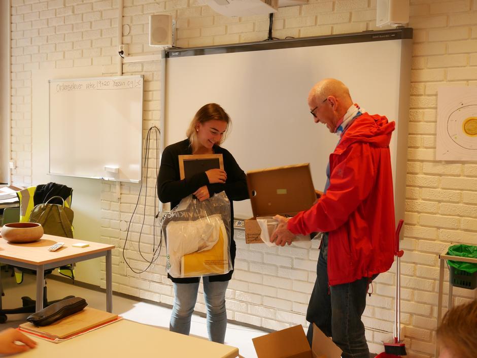 Åttendeklassingen Emma Kahn fikk premie og diplom fra lederen i Nannestad Turlag, Karl Henrik Laache.