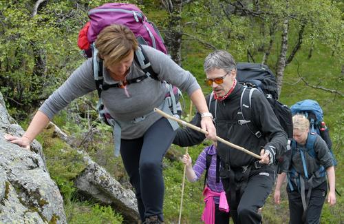 Vegvesenets grøftepinne er god å holde i opp bakkene. Her går Målfrid Tjora foran og Einar Fagerheim bak.