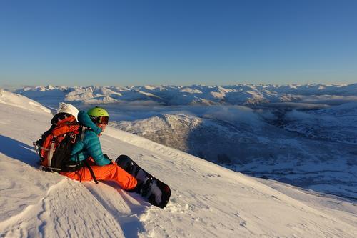 Pudderlag i vinterfjellet, Auskjeret i lav desembersol. Den gode følelsen... Linda Törner på splitboard. Auskjeret 1202moh, Sykkylven.