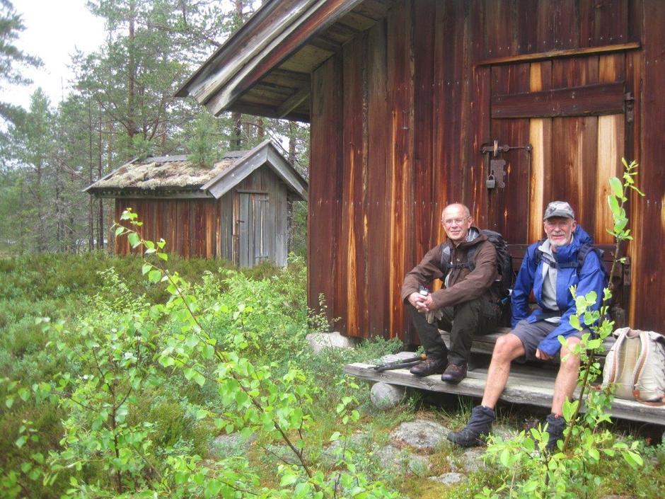 Axel og Arne tar en pust i bakken.