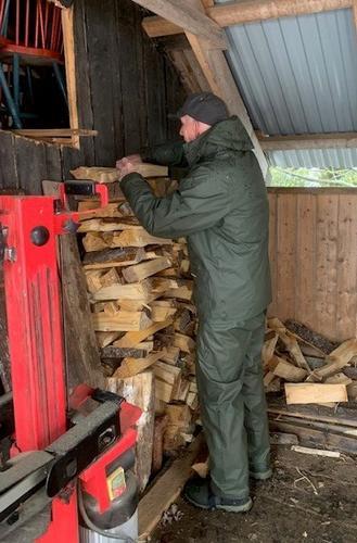 Det går med noen sekker ved i løpet av høsten og vinteren. Her er Paul Geir Kaasa i sving med å stable.