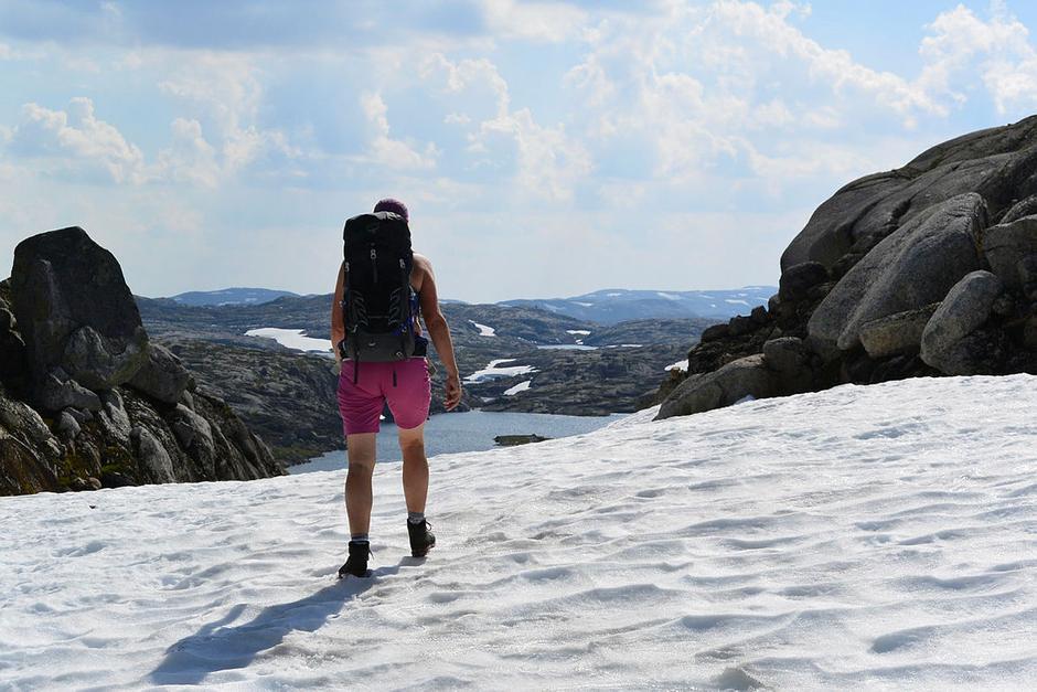 Fortsatt enkelte snøfenner i høyfjellet, men stort sett fast og fin snø å gå på. Her fra området ovenfor Litle Aurådalen.