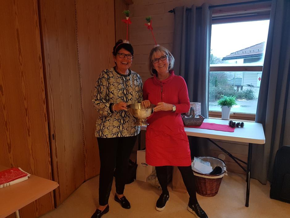 Grete Strømme og Vigdis F. Karlsen klare for å starte med utloddning.